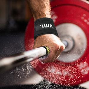 allenarsi con le fasce per il sollevamento pesi